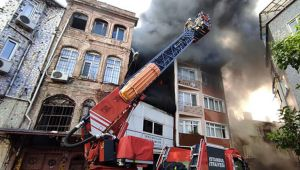 Beyoğlu'nda yangın! 5 katlı binaya da sıçradı