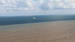 Bu görüntü Abana sahilinden! Denizin yarısı kahverengi oldu